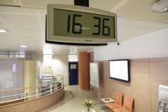 Horloge digitale LCD Bodet modèle Cristalys installée dans les couloirs du Centre Hospitalier Universitaire d'Angers. http://www.bodet-time.com/horlogerie-industrielle/horloge-lcd/numerique-cristalys.html