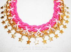 Collar corto con cadena de eslabones de color y cadena dorada. Si quieres ver los materiales entra en nuestro blog: http://unlugarenelmundobypaula.blogspot.com/