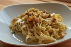 Maroni, die Kastanie bringt's - Nicht nur am Weihnachtsmarkt, sondern auch in der Küche sollten Maroni mehr verarbeitet werden. Dieses schnelle Maroni-Mandel Pasta Rezept soll euch eine Idee geben wie genial diese Kastanien sind.
