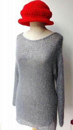 Blusa grigio ferro in mohair e seta con filo di perline inserito e cappello crochet