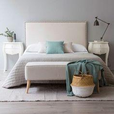 Un bonito cabecero de cama tapizado en tela. Sus tachuelas doradas con aspecto envejecido consiguen un aspecto vintage y elegante.