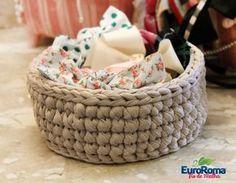 Material: • 01 EuroRoma Fio de Malha Liso [ Sugestão: cor lisa de sua preferência] • Agulha para crochê [Poderá variar de acordo com a espessura do fio de malha que irá trabalhar, desde 7mm …