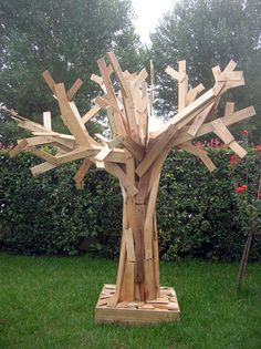 Pallets tree.  This might be the coolest thing I've ever seen made from pallets.  I'll take a whole forest of them.  (This is high praise.  I think the pallet craze is ridiculous, misguided and overrated.)
