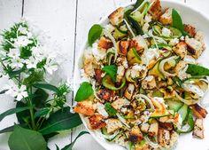 Feta-fenkoli-kesäkurpitsa-leipäsalaatti – Maailman paras salaatti