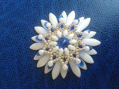 CIONDOLO CON DAGHE - smuk blomst i daggerperler i hvid og nogle i blå samt hvide superduo og blå rivoli samt guldperler