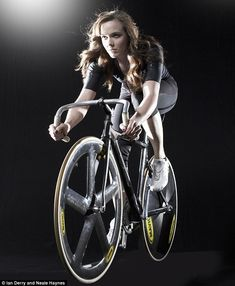 Are you a gal interested in giving track cycling a shot? Are you a guy with a ladyfriend who you would like to see get involved in track cycling? Bicycle Women, Bicycle Race, Bicycle Girl, Track Cycling, Cycling Girls, Victoria Pendleton, Girls Mac, Female Cyclist, Bike Style