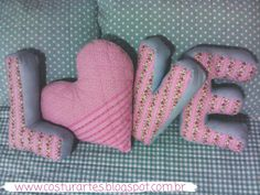 """Kit de almofadas LOVE, composta pelas letras """"L"""",""""O"""", """"V"""", """"E"""" .  Ótima opção de presente de casamento.    Tecido Tricoline e Preenchimento com fibra sintética importada (lavável e antialérgica).    Medidas..."""