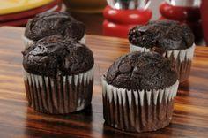 Vörös áfonyás krémmel töltött csokis muffin