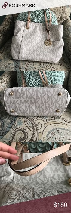Authentic Micheal Kors purse Gently used no outside damage one little spot inside. No smoking and pet free home Michael Kors Bags Shoulder Bags