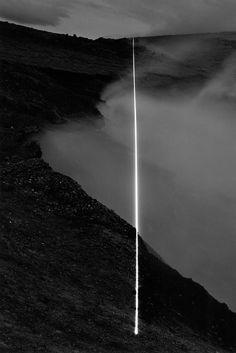 """Una Epifanía Geológica: Islandia Proyecto de Magdalena Jetelová (1992). En el Proyecto de Islandia la artista utiliza el láser para visualizar la condición geológica local llamada """"brecha intercontinental Submarino"""", un límite de placa tectónica divergente."""