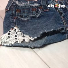 Easy Clothes Idea - DIY Lace Cut Off Shorts - DIY Lace Cut Off Shorts – Easy Boho Shorts To Make For Summer Fashion, Clothes For Music Festivals Source by diyjoycrafts - Diy Shorts, Shorts Boho, Lace Denim Shorts, Diy Denim Purse, Simple Outfits, Boho Outfits, Jean Diy, Diy Clothes Videos, Short En Jean