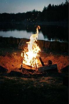 Cientos de hogueras iluminan y tiñen de rojo la noche de San Juan, festividad de origen pagano y nombre de santo. Se dice que en esta noche mágica las brujas realizaban sus akelarres, contarnos si os encontrais alguna.