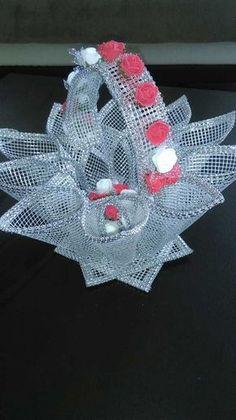 Artesanato Plastic Canvas Ornaments, Plastic Bottle Crafts, Plastic Canvas Christmas, Plastic Canvas Crafts, Plastic Canvas Patterns, Yarn Crafts, Diy Crafts, Crafts To Make, Arts And Crafts