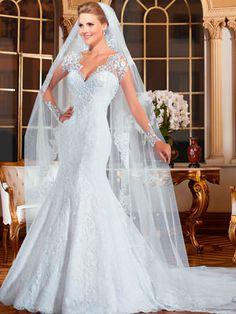Vestido de noiva sereia, decote V, cauda fixa e saia com paetês.