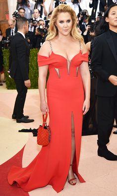 Met Gala 2016: The Best Red Carpet Looks , Amy Schumer no posa muy bien pero el vestido es HERMOSO!