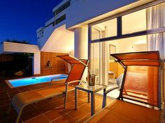 The One Bedroom Holiday Apartments in Camps Bay are situated within close proximity from the Cape Town City Center giving guests a wide range of activities to choose from.