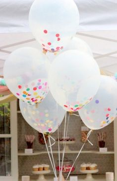 Durchsichtige Ballons und buntes Konfetti und fertig ist die Kinderparty Deko