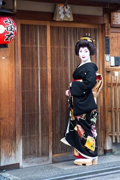Oiran & Geisha | The erikae of the maiko Katsuhina! I feel impress...