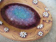 Kopretinové+pítko+v+barvách+ametystu+Krásné+oválné+pítko+zdobené+kopretinami,+motýlkya+taveným+sklem+ve+fialových+tónech,+možno+využít+i+jako+mísu+rozměr+28x22x3+cm Glaze, Pottery, Bird Baths, Tableware, Peacock, Chicken, Art, Enamel, Ceramica