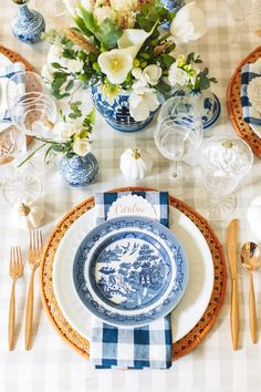 Fall Decor: Style a Gorgeous Blue and White Fall Tablescape Blue Table Settings, Beautiful Table Settings, Place Settings, Thanksgiving Tablescapes, Holiday Tables, Blue And White China, Fall Table, Table Arrangements, Deco Table