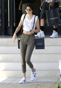 Kendall Jenner: 80 mejores looks - StyleLovely Kendall Jenner Style, Kendall Jenner Outfits Casual, Kendall And Kylie, Stylish Outfits, Cool Outfits, Fashion Outfits, Style Gigi Hadid, Star Fashion, Womens Fashion