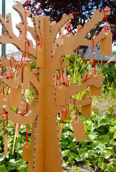 Árbol de los deseos en cartón para bodas y otros eventos.