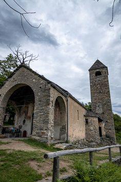 Mit ihren Fresken aus dem 14. und 15. Jahrhundert gehört die Kirche von San Barnàrd zu den Monumenten von nationaler Bedeutung. Von hier startet auch die Wanderung zur Tibetischen Brücke von Carasc. #Ausflugstipp #Wandertipp Kirchen, Switzerland