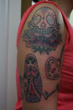 Teschio messicano, matrioska, cuore e lucchetto , braccio.