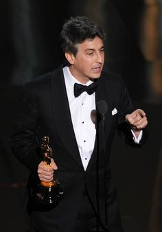 Alexander Payne ha ganado el Oscar a mejor guion original por su película 'Los descendientes'. http://www.rtve.es/mediateca/fotos/20120227/gala-los-oscar-2012/89977.shtml #Oscars