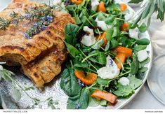 Having guests over? In a matter of minutes, you can whip up this tasty salad, rich in vitamins and minerals. Easy Meals, Simple Meals, Easy Recipes, Mozzarella Salad, Buffalo Mozzarella, Grilled Peaches, Pork Belly, Caramelized Onions, Salmon Burgers