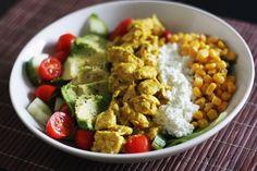 Pirun hyvän näköistä settiä. Tätä pitäis tehdä ruuaksi useamminkin! Kanasuikaletta, raejuustoa, avokadoa limepippurilla, maissia, kurkkua ja luumutomaatteja... Nom!