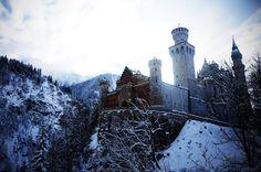 """Castillo de Neuschwanstein construido por el Rey Ludwig II sobre la peña de Hohenschwangau. Baviera. Alemania. Siglo XIX: La primera piedra se coloca el 5 de septiembre de 1864. Promedio de visitantes anual: 1,3 millones de personas. Aforo máximo alcanzado por día: 8.000 personas. Fue elegido por Disney en 1959 para ambientar """"La Bella Durmiente"""". 524765_alpy_germaniya_zamok-nojshvanshtajn_bovariya_zima_4132x2736_(www.GdeFon.ru).jpg (4132×2736)"""