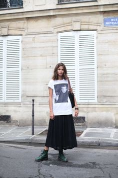 Style inspiration > tee, long skirt and boots Cool Outfits, Casual Outfits, Fashion Outfits, Womens Fashion, Anti Fashion, Martens Style, Estilo Rock, Denim Look, Mode Inspiration