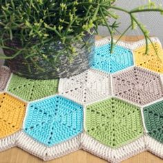 Great crochet tutorial! Make this hexagon table runner with full step-by-step instructions. Thanks so! xox