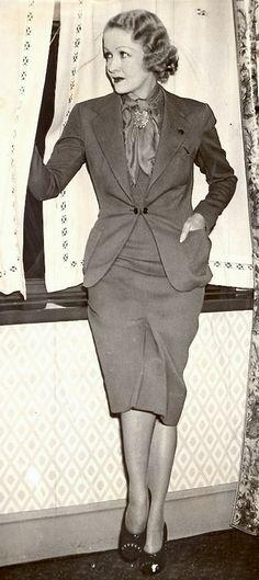 Women S Fashion Over 50 Online 1938 Fashion, Art Deco Fashion, Vintage Fashion, Fashion Design, Classic Fashion, Vintage Dresses, Vintage Outfits, Moda Vintage, Fashion Outfits