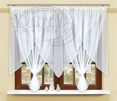 Voál bílé lemování DUOLA     Bílá kusová záclona z hladkého voálu s bohatým řasením a efektním střihem. Na stažení jsou přiloženy dvě lesklé manžetky.     Cípy záclony mají 130 cm, celková výška je 150 cm. Na horním lemu je našitá průsvitná řasící stužka.     Voál je obšitý lesklou lemovkou.