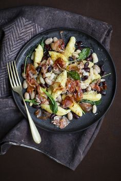 GNOCCHI ALLUNGATI, CON FAGIOLI - Csaba dalla Zorza Gnocchi, Cooking Recipes, Healthy Recipes, Healthy Food, Roasted Vegetables, Kung Pao Chicken, Recipe Box, Paella, Food Styling