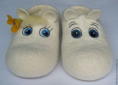 felt slippers, so gorgeous. Wool Shoes, Felt Shoes, Nuno Felting, Needle Felting, Baby Bootees, Sock Crafts, Felted Slippers, Handmade Felt, Felt Hearts