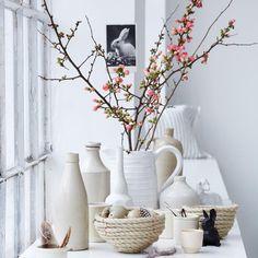 Vasen Sammelsurium aus weißen und cremefarbenen Porzellan als Fensterdeko