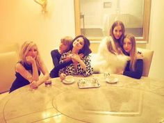 Ellie, Taylor, Selena, and the HAIM sisters