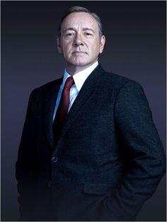 Kevin Spacey dans le rôle de l'Elu démocrate au Congrès, Francis Underwood, politicien expérimenté, séduisant et calculateur.