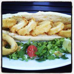 Locura: Sandwich de Rabas con salsa tártara.