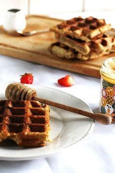 Gezonde wafel - Proeven met Liefde ◦Optie 1: 50 gr. amandelmeel (of optie 2: 45 gr. amandelmeel ◦Optie 1: 40 gr. speltmeel (of optie 2: 45 gr. boekweitmeel) ◦1 banaan ◦eetlepel kokosolie ◦eetlepel ahorn siroop ◦snufje kaneel Healthy Snacks, Healthy Recipes, Paleo Bread, Pancakes And Waffles, Sugar Free, Delicious Desserts, Food Porn, Brunch, Food And Drink