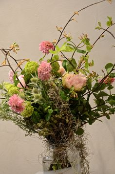 Bouquet de saison : pivoines, viburnum, scabieuses, chardons, tillandsia et bourgeons de hêtre.