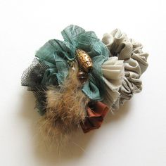 ミントグリーンの生地が主役のシュシュ。水玉のチュール、ビーズ、ラビットファーなどいろんな異素材の組み合わせが印象的です。アンバランスなカタチが印象的なシュシュは、シンプルなまとめ髪にも、アップスタイルにもぴったりです。手首につけて、アクセサリーがわりにも使っていただけます。spec --------------------------------------------飾りのギャザー部分:横幅約9cm×縦幅約6cm 注意点 ------------------------------------------1点1点手作りのため、丁寧にお取り扱いください。撮影には、万全を期しておりますが、実物とは色合いが多少異なる場合がございます。事前にご了承くださいませ。一点ものの為、在庫の有無をご連絡する場合がございます。その場合は、ご了承ください。