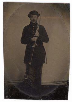ARMED CIVIL WAR SOLDIER TINTYPE RIFLE SLOUCH HAT BRIGHT GOLD BUTTONS