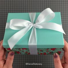 Gift Wrapping Bows, Birthday Gift Wrapping, Gift Wraping, Creative Gift Wrapping, Gift Bows, Christmas Gift Wrapping, Diy Birthday, Gift Wrapping Tutorial, Handmade Birthday Gifts