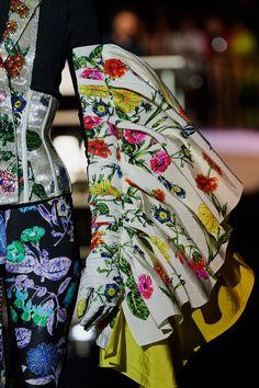 Schiaparelli Fall 2019 Couture Fashion Show - Vogue Couture Fashion, Fashion Beauty, Fashion Show, Vogue Paris, Floral Fashion, Vintage Fashion, Sleeve Designs, Couture Collection, Mannequins