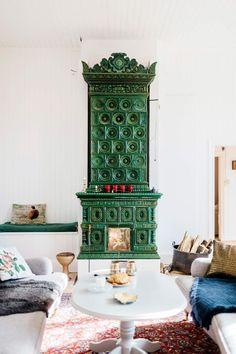 I skolsalen på bottenvåningen drar en magnifik kakelugn blickarna till sig och lyser upp rummet med sina smaragdgröna plattor. Vid sidan om den har Magnus snickrat ihop en vedlår i gammal stil som används flitigt som myskoja av döttrarna.