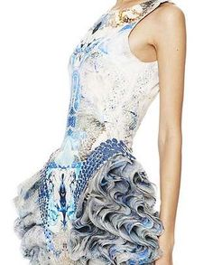 ruffled, manipulated sides of this dress - alexander mcqueen Space Fashion, Fashion Art, High Fashion, Womens Fashion, Fashion Trends, Couture Mode, Couture Fashion, Alexander Mcqueen, A Level Textiles